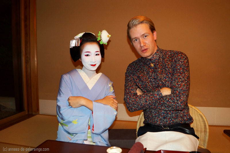 The world of travel blogging: Me and a maiko having fun in kyoto