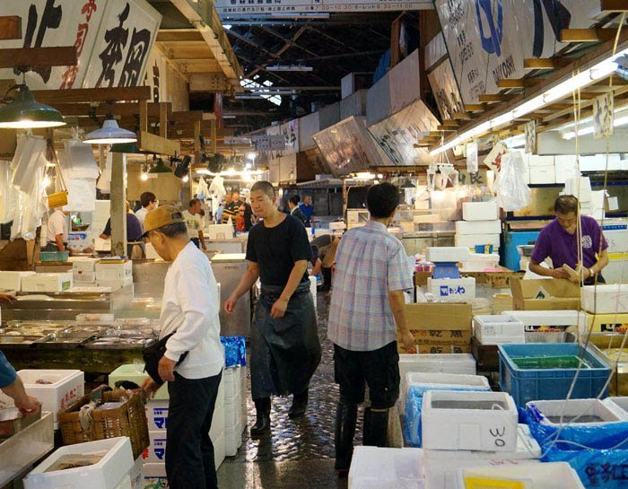 fish vendors at the tsukiji fish market