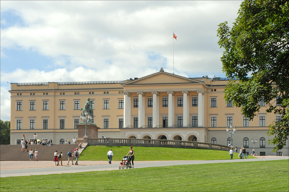Visiting the Royal palace at the end of Karl Johans Gate in Oslo, Norway. One of the things to do in Oslo