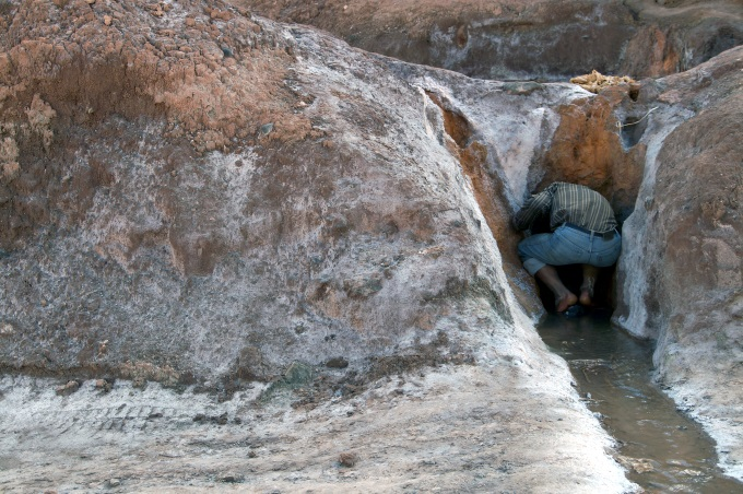 LOcal opening the water sluice in the Maras salt ponds