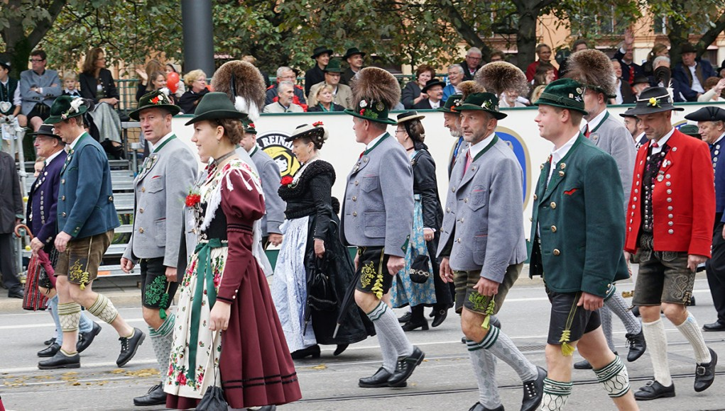 bavarian men and women in their traditional costumes for oktoberfest parade  in munich d3ad4a358e3a