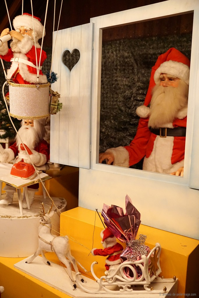 A puppet show with Santa Clause on the Christmas market in Munich