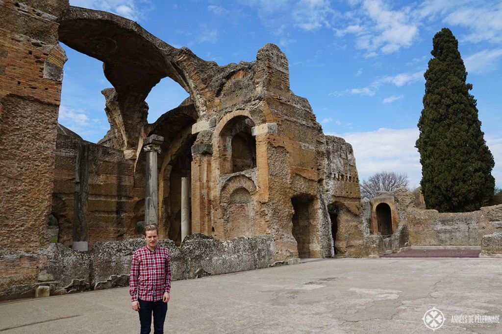 Me standing in front of the grand Therma of the Villa Adriana in Tivoli