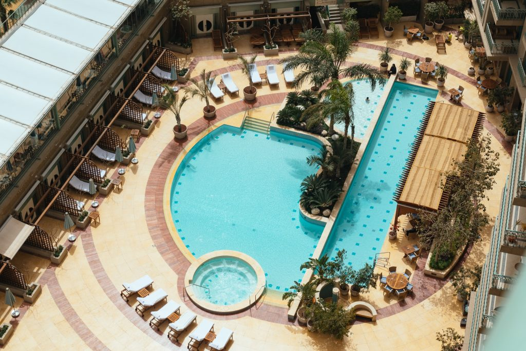 Pool of the Four Season Nile Plaza Hotel - the best luxury hotel in Cairo