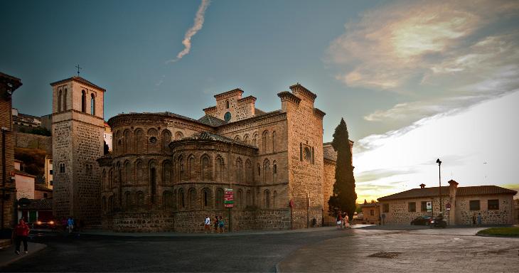 Иглесия-де-Сантьяго-Аррабаль в Толедо, испания - одна из многих достопримечательностей города, которые нужно обязательно посетить.
