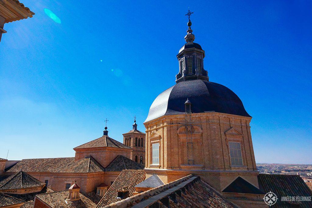Вид на кирпичные крыши в Толедо, Испания