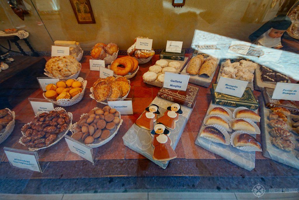 Витрина магазина с традиционными марципановыми сладостями в Толедо, Испания