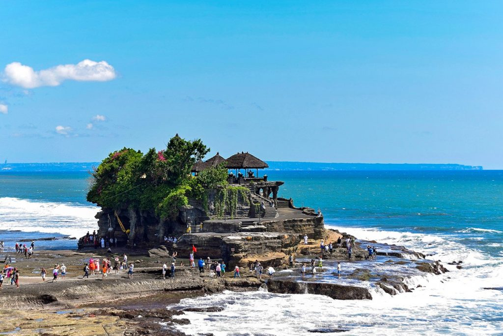 The tanah Lot temple at low tide in the West of Bali, Indonesia. A true must-see in Bali.