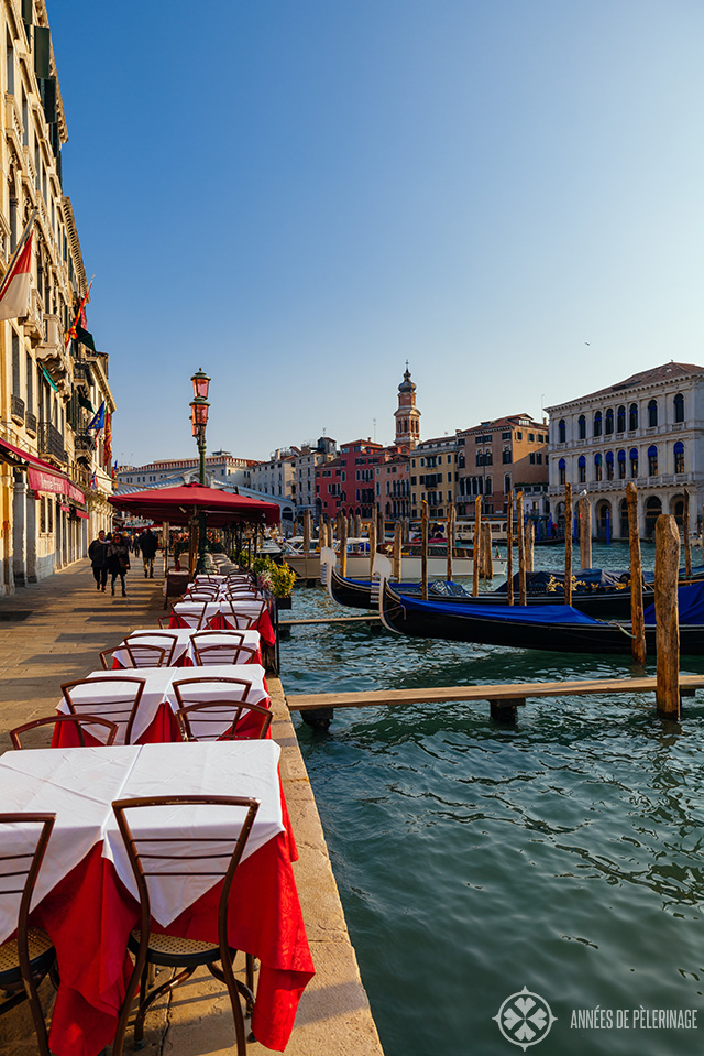 A restaurant at the Canal Grande with the Rialto bridge in the background